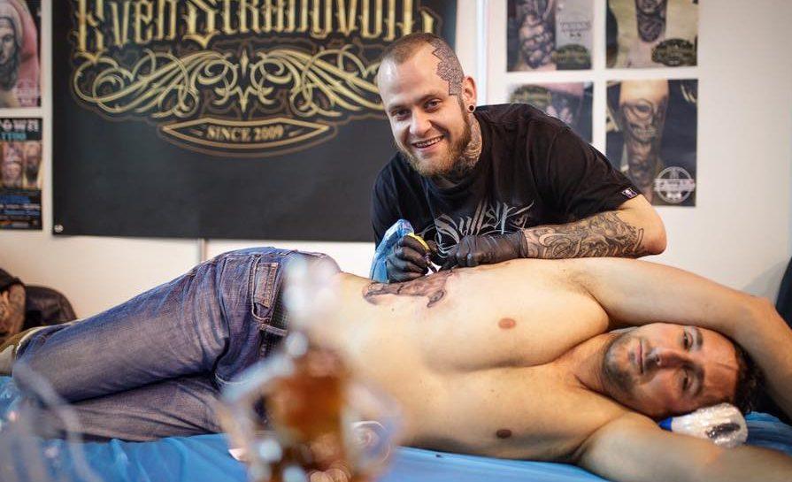 REISER MYE: Even Deltar På Mange Tattookonferanser. Her Fra Kroatia. Foto: Privat