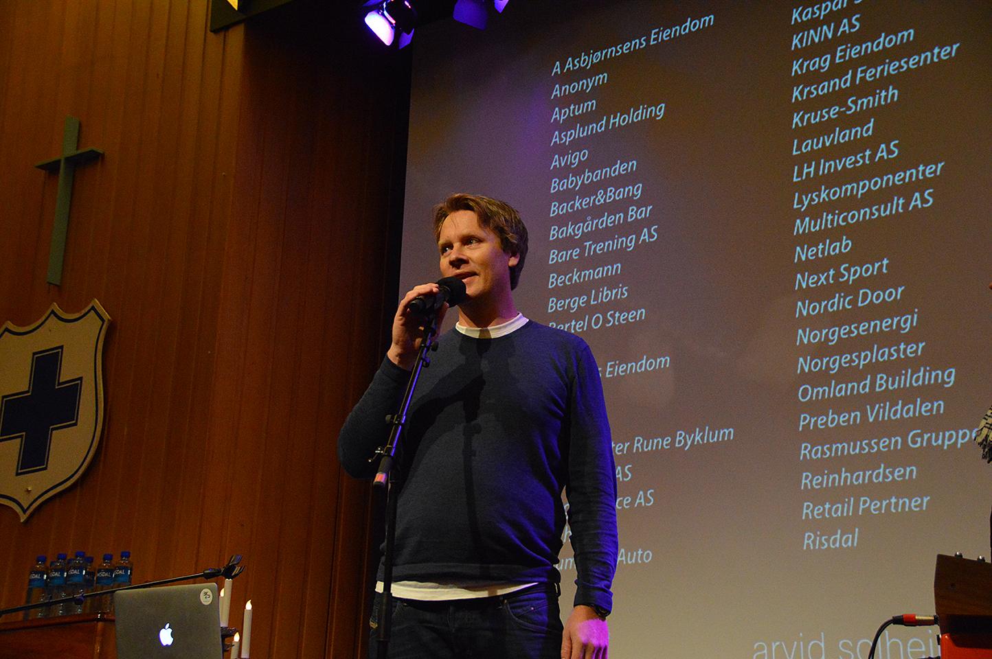 VELVILLIGE GIVERE: Markedsansvarlig I Blå Kors, Henning Reme, Presenterte Listen Over Givere Under En Konsert På Blå Kors.