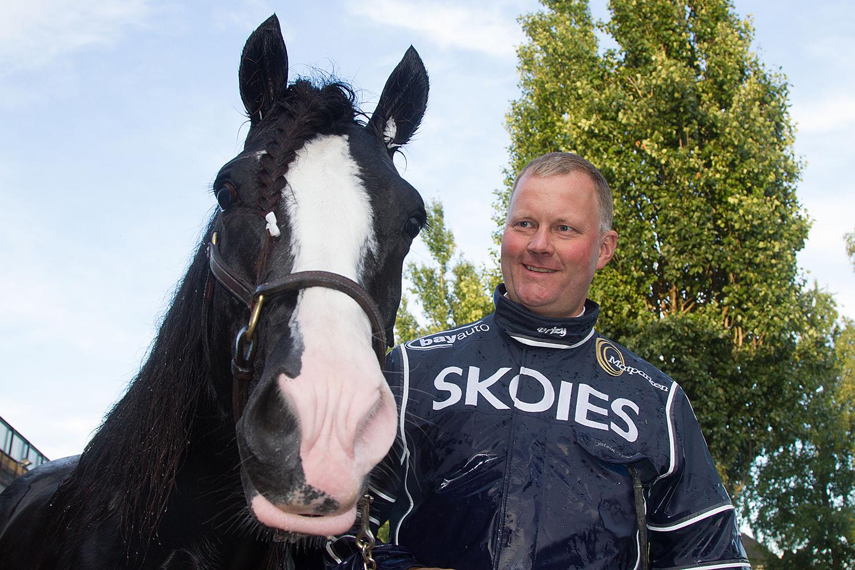 HÅPER PÅ SEIER: Tekno Odin Og Kusk Østein Tjomsland Håper På Seier I Lars Laumbs Løp På Bjerke Travbane Til Helgen. Foto: Anders Kongsrud/www.hesteguiden.com