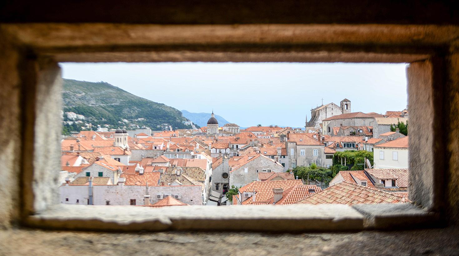 PÅ MURENE: Oppe På Bymurene Kan Man Få Et Lite Innblikk I Hverdagslivet Nedenfor.