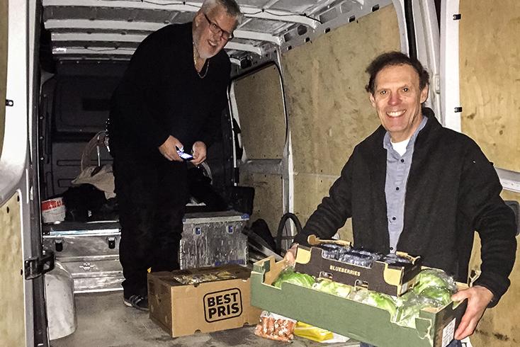 HENTER SELV: Bilen Med Sjåfør John Dalane Ankommer Med Varer. – Dette Var En God Dag Sier Geir Thorsen.  Foto: Svein Kristiansen