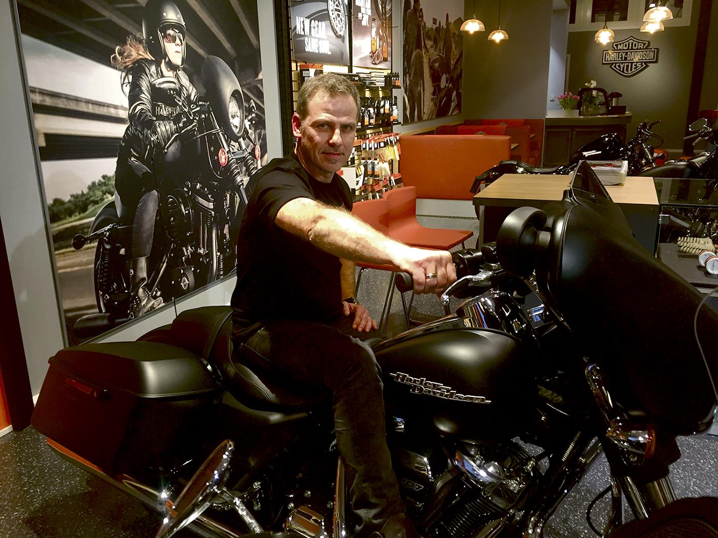 REALISERTE EGEN DRØM: Drømmen Om å Jobbe Med Harley-Davidson Har Vært Stor For Robert Fauske. Forrige Mandag Gikk Drømmen I Oppfyllelse Da Han åpnet Harley-Davidson Butikk I Sørlandsparken. Foto: Svein Kristiansen