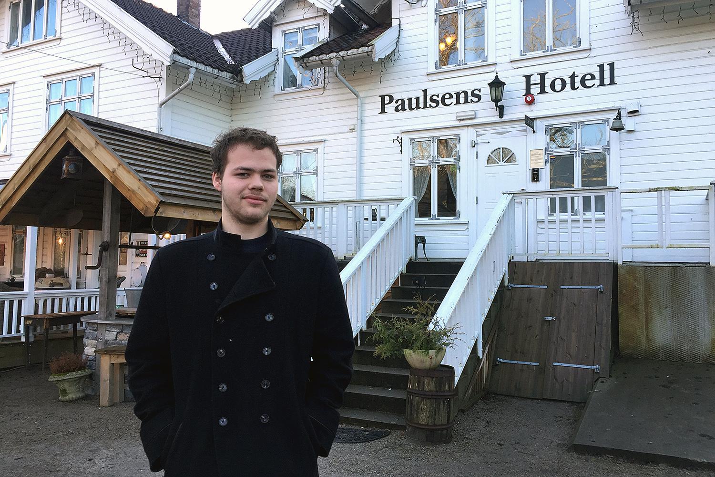 UNG HOELLDIREKTØR: Tjuetoårige Kjetil Fuglestein Overtok Driften Av Paulsen Hotell Ved årsskiftet. Foto: Svein Kristiansen