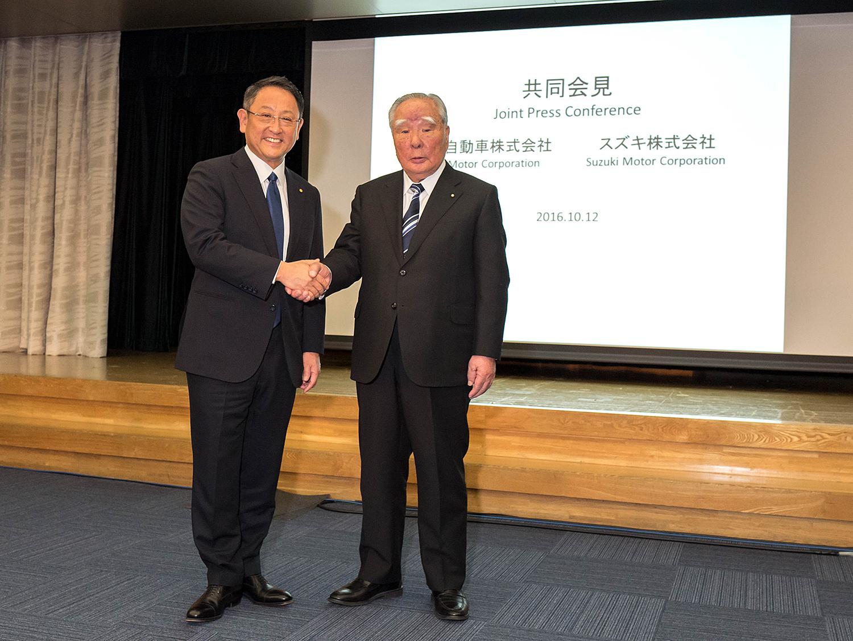 FORNØYDE: Toyotas President Akio Toyoda Og Styreleder I Suzuki Osamu Suzuki Er Fornøyde Med å Ha Funnet Felles Grunn. Pressefoto.