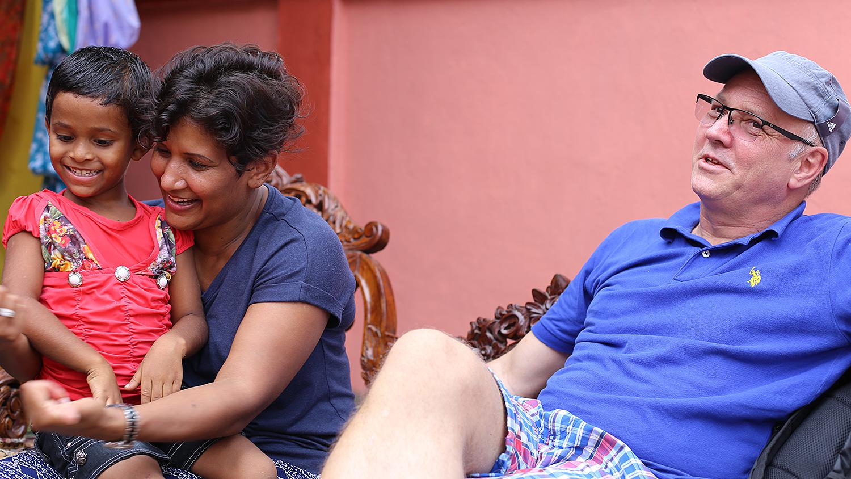 PÅ BESØK I INDIA: Lilly Ann Waage Jenssen Og Mannen Tom-Ivar På Besøk I India. Barna Er Ikke Vanskelig å Be Når De Får Sitte På Fanget. Foto: Privat