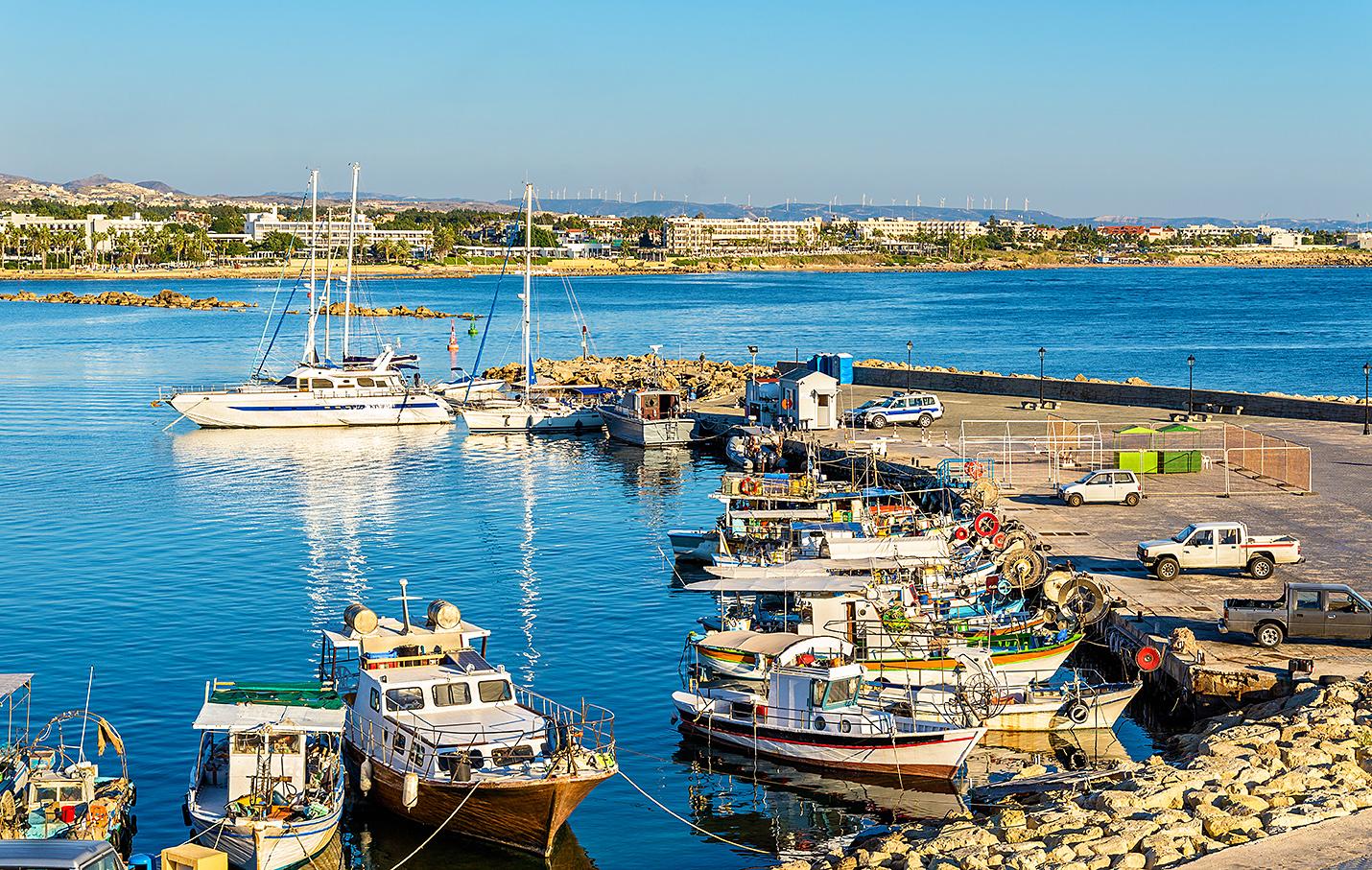 RETT VED MIDDELHAVET: Kystbyen Pahos Ligger Sørvest I Kypros Og Har Over 300 Soldager I året. Foto: Colourbox