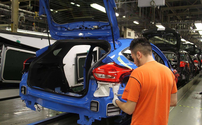 SATSER PÅ SAARLOUIS: Her Er En Focus RS På Samlebåndet På Den Tyske Fabrikken. For å Produsere Nye Focus Investerer Ford Nå Milliardbeløp.