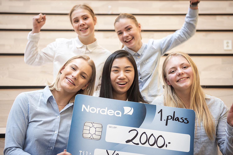 VINNERLAGET FRA VÅGSBYGD: Fra Venstre: Frida Føreland, Jenny Leire, Maria Pham, Unni Eline Melvoll, Og Tonje Tveitdal. Pressefoto