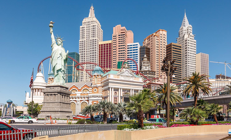 NEW YORK, NEW YORK: Fasaden På New York New York Er Flankert Av Kjente Bygninger I New York, Samt En Berg- Og Dalbane. Foto: Colourbox
