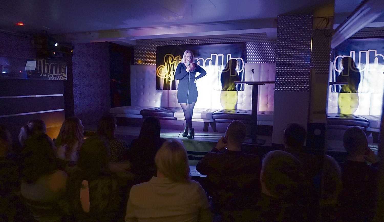 STAND UP: Therese Høster Mye Latter Når Hun Står På Scenen, Her Fra En Av Klubbkveldene På Castelle. Foto: Privat