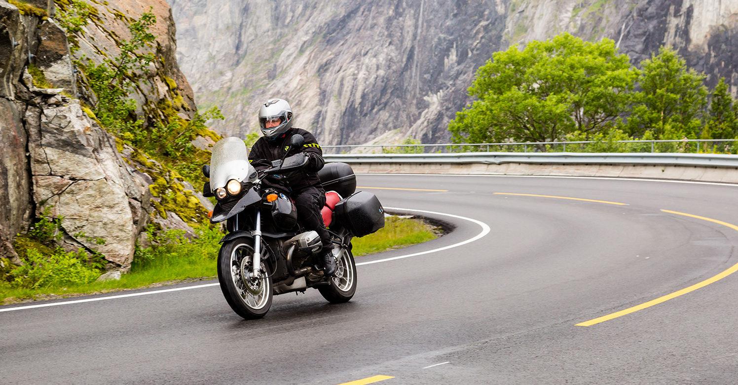 SE OPP: Trygg Trafikk Oppfordrer Både Bilister Og MC-førere Til å Være Ekstra På Vakt. Foto: Colourbox