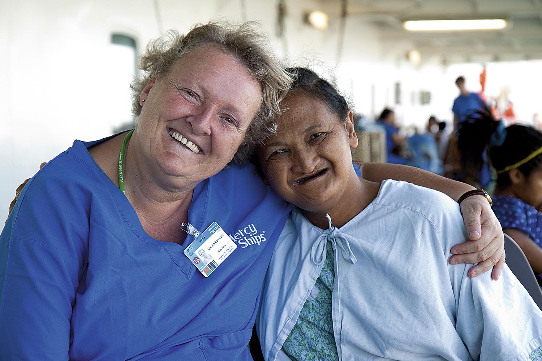 GODE VENNER: Her Er Lisbeth Avbildet Med Pasienten Sahondra På Madagaskar.   Foto: Mercy Ships/Deb Louden