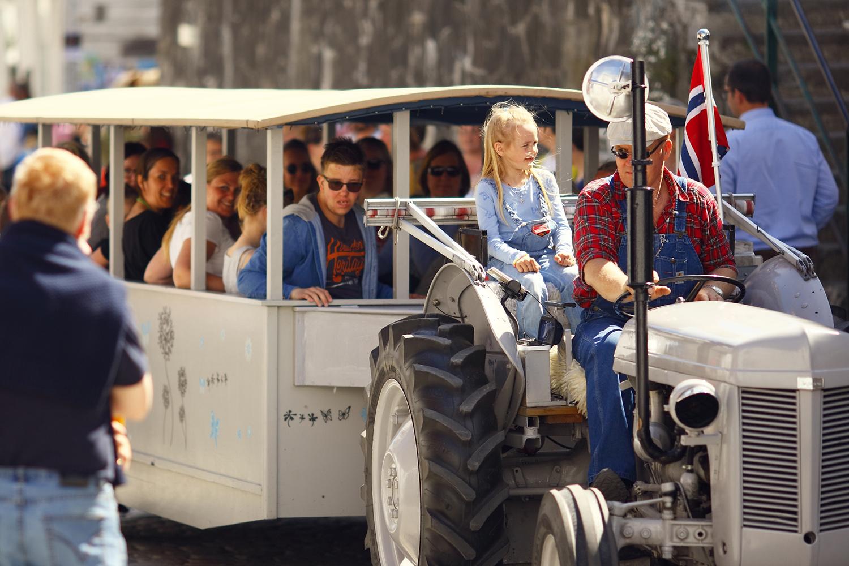 GRÅTASS: Norges Mest Populære Traktor, Gråtass, Besøkte Tvedestrand Til Stor Glede For Små Og Store. Foto: Atle Goutbeek