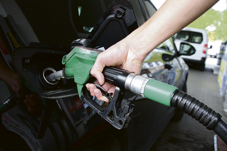 SKADELIG PÅFYLL: Selv Om Bensinen Kanskje Blir Mer Miljøvennlig, Blir Den Tøffere For Motoren. Foto: Newswire