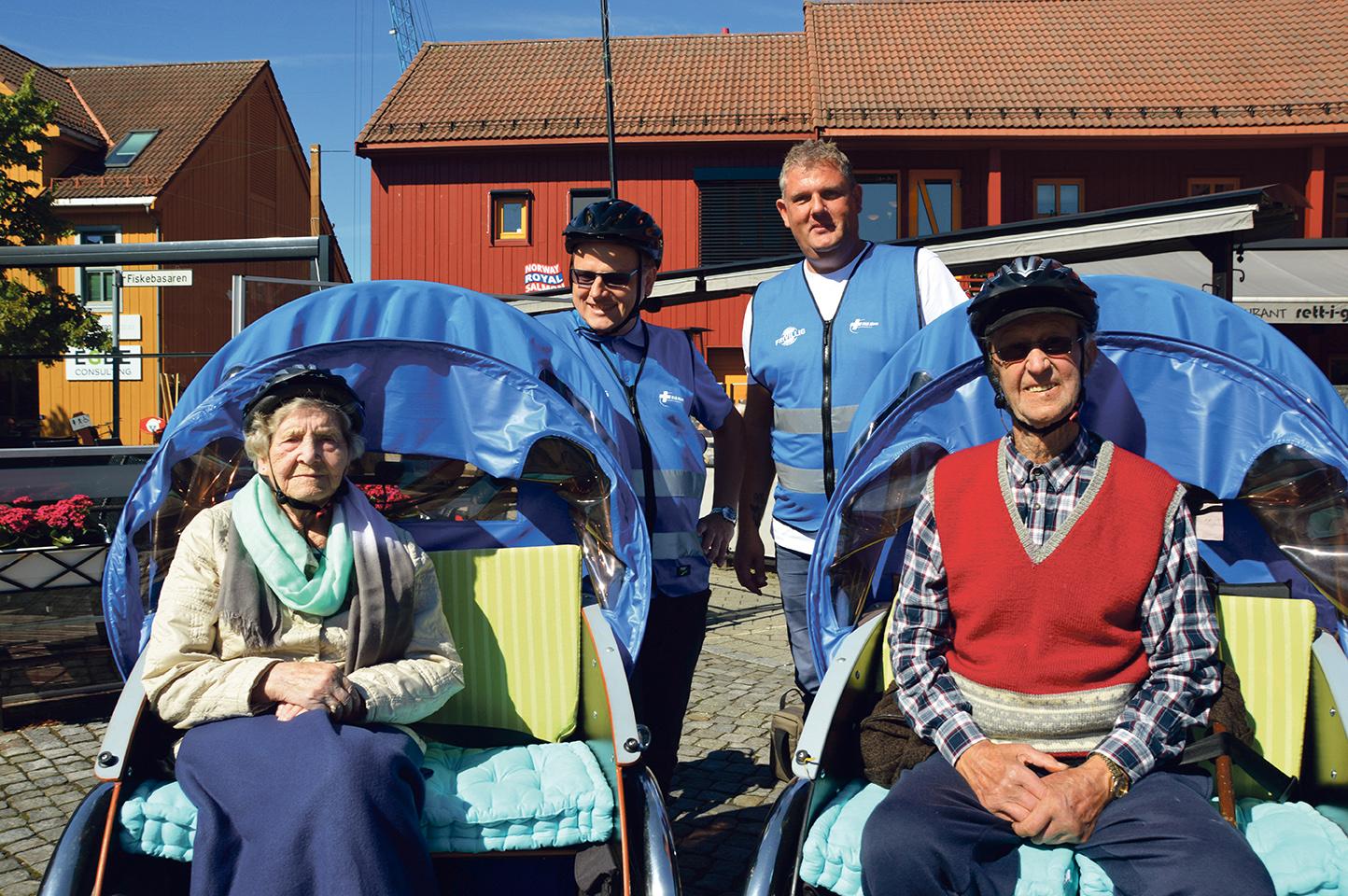 Ut På Tur, Magnhild Mosfjell Og Johannes Gundersen Foran, Olaf Theodor Messel Og Trond Furseth Bak.