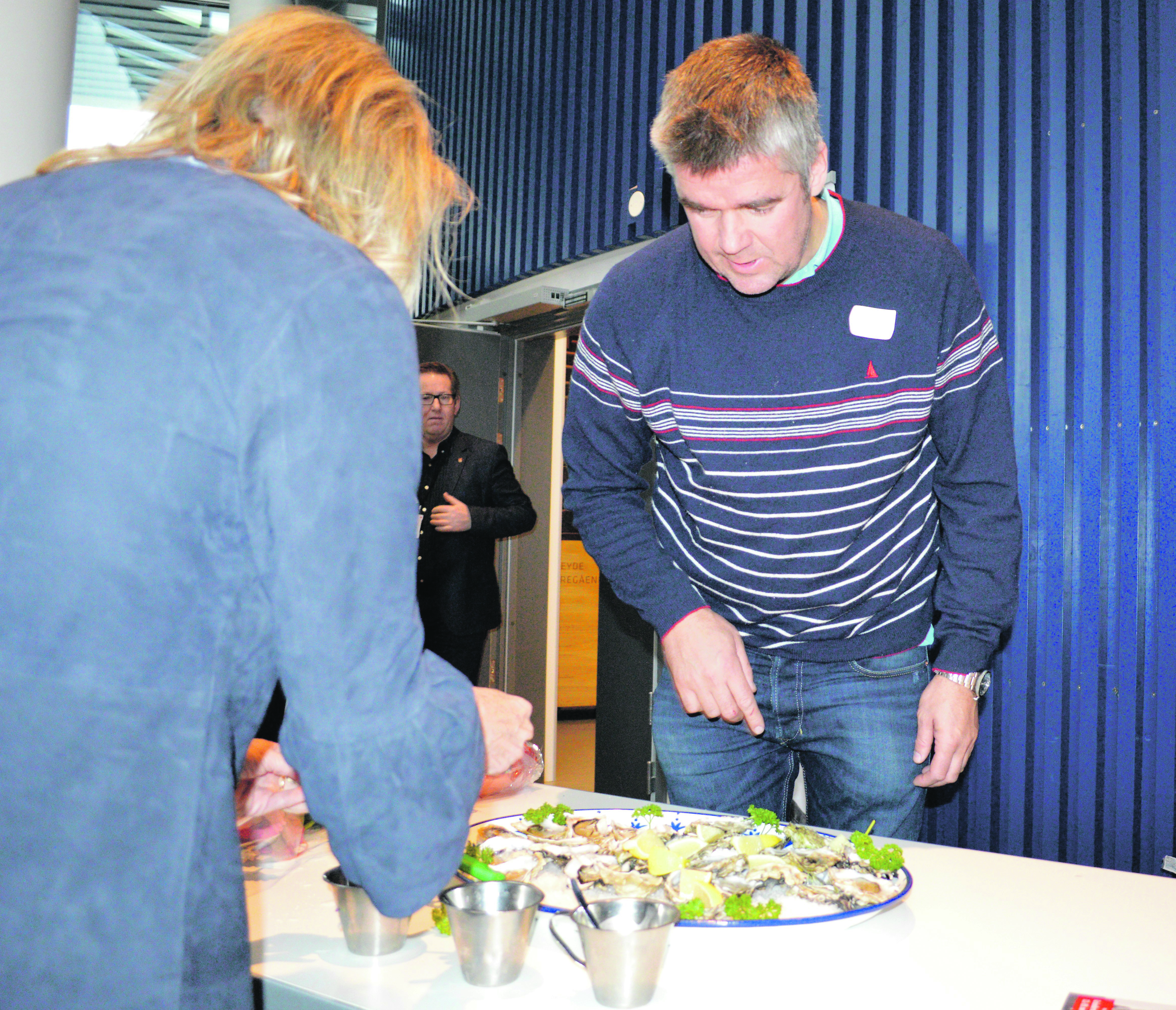 SMAKSPRØVER: Mange Var Interessert I å Smake På østers, Og Espen Bierud Fra Norwegian Shores Delte Ut Smaksprøver.
