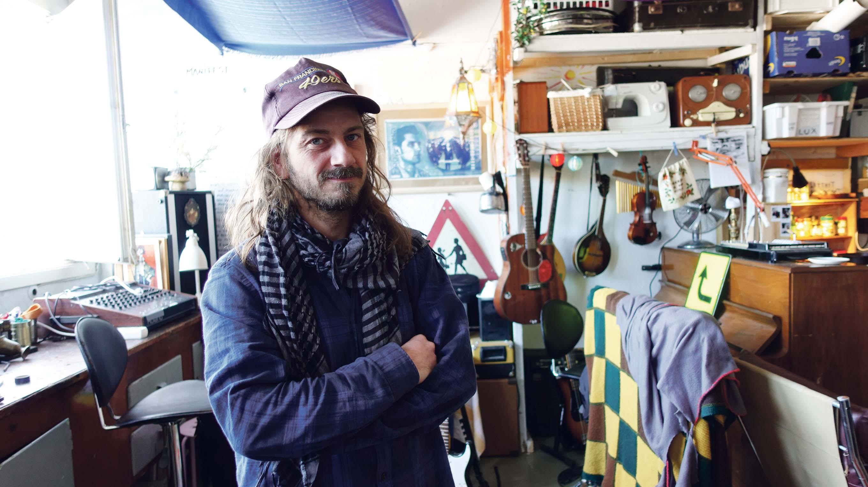 MAN CAVE: I Kristiansands Grafikkverksted På Odderøya, Har Musiker, Låtskriver, Produsent Og Kunstner Filip Ring Sitt øvingslokale Og Studio.