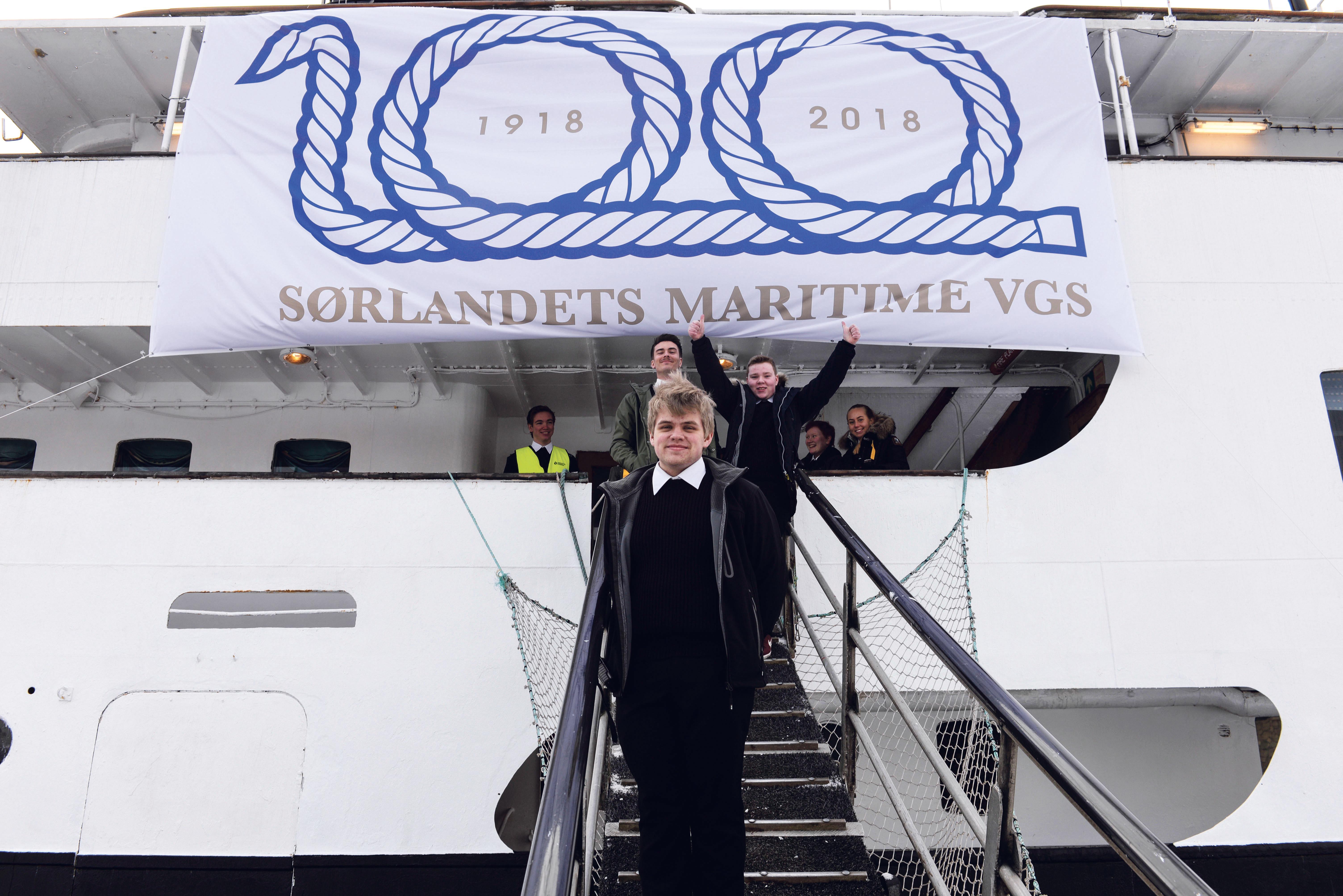 VELKOMMEN: Torjus Levisen Johansen Og Hans Medelever ønsker velkommen Ombord På Sjøkurs.