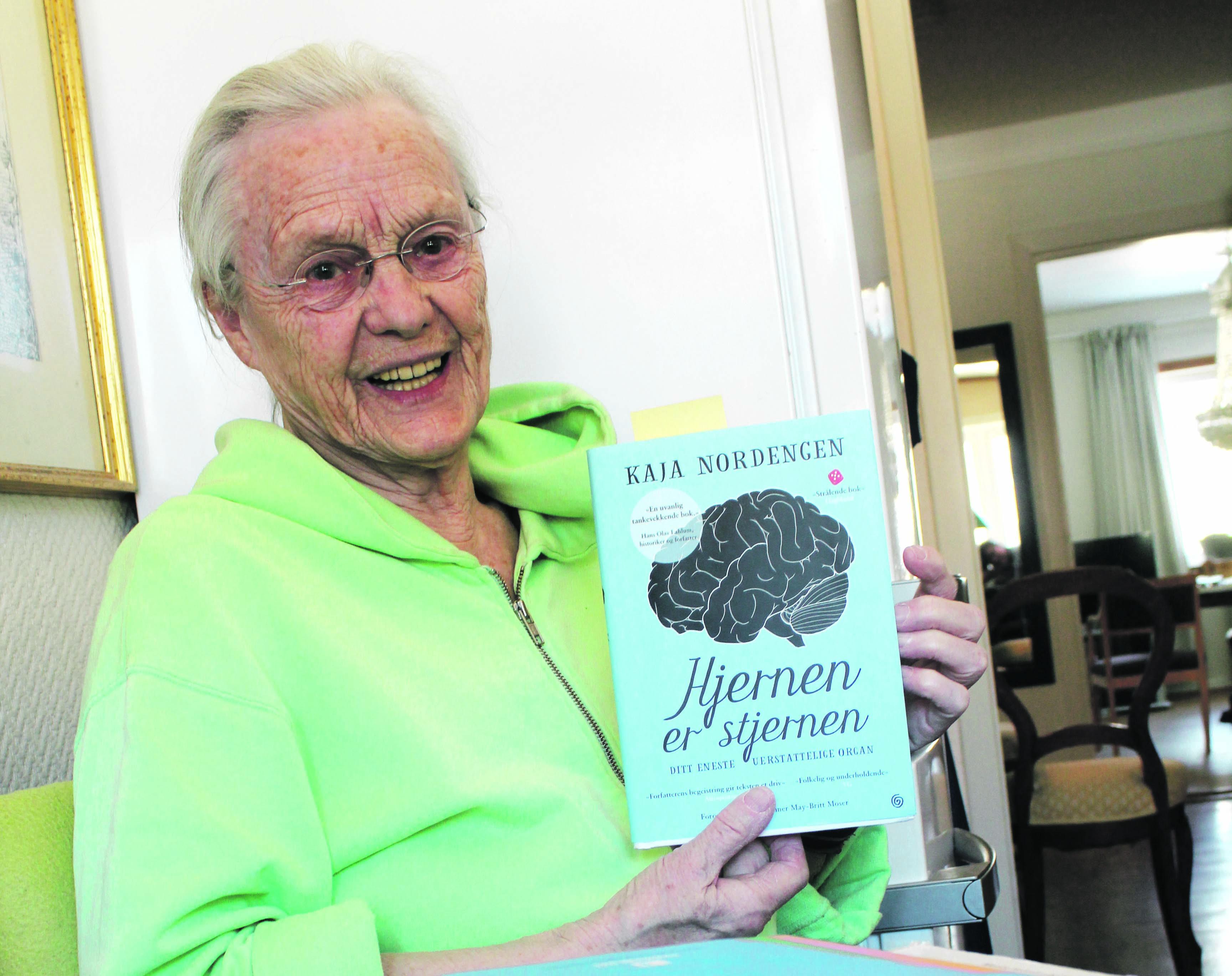 LESER IVEI: Magnhild Sitter På Kjøkkenet Og Leser Ivei.