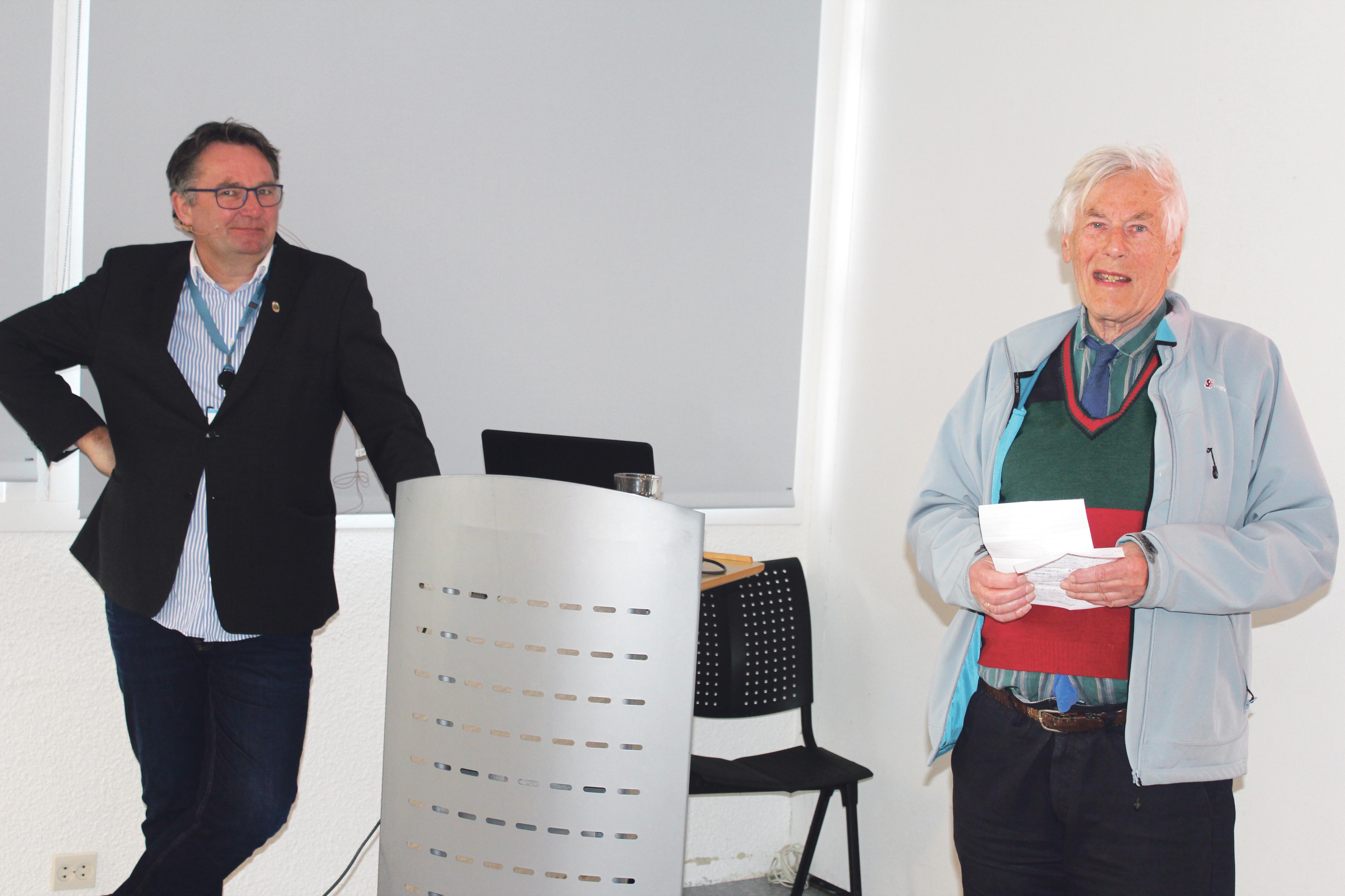 Kulturdirektør Stein Tore Sorthe Presenteres Av Seniors Leder Tor Einar Hanisch.