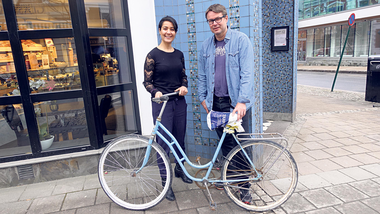 TRANSPORTMIDDELET: Tahani Siddik Berge Fra Kristiansand Og Øyvind Hope Hjelper Skolejenter I Mali Med Sykler Lik Denne Til Den Lange Skoleveien.