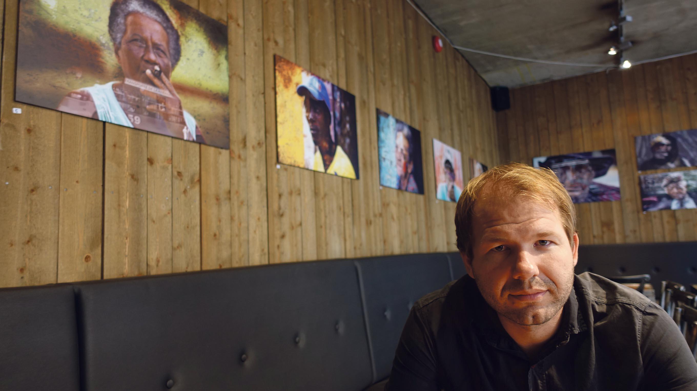 UTSTILLING: Ole Johan Moe Har Utstilling På Drømmeplassen. I Bakgrunnen Kan Du Se Bildene Hans. Med Dem Forsøker Han å Sette Cuba I Et Nytt Lys.