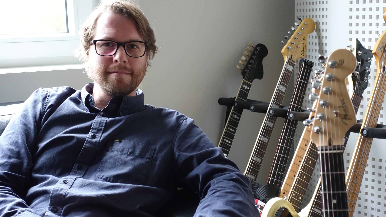 KLAR MED SINGLE: Dagfinn Øksendal Gir  Ut Singelen Starstruck Den 5. Oktober. Som Produsent Bidrar Gitaristen Kjetil Grande. Singelen Er Spilt Inn Her I Krutt Studio På Odderøya.