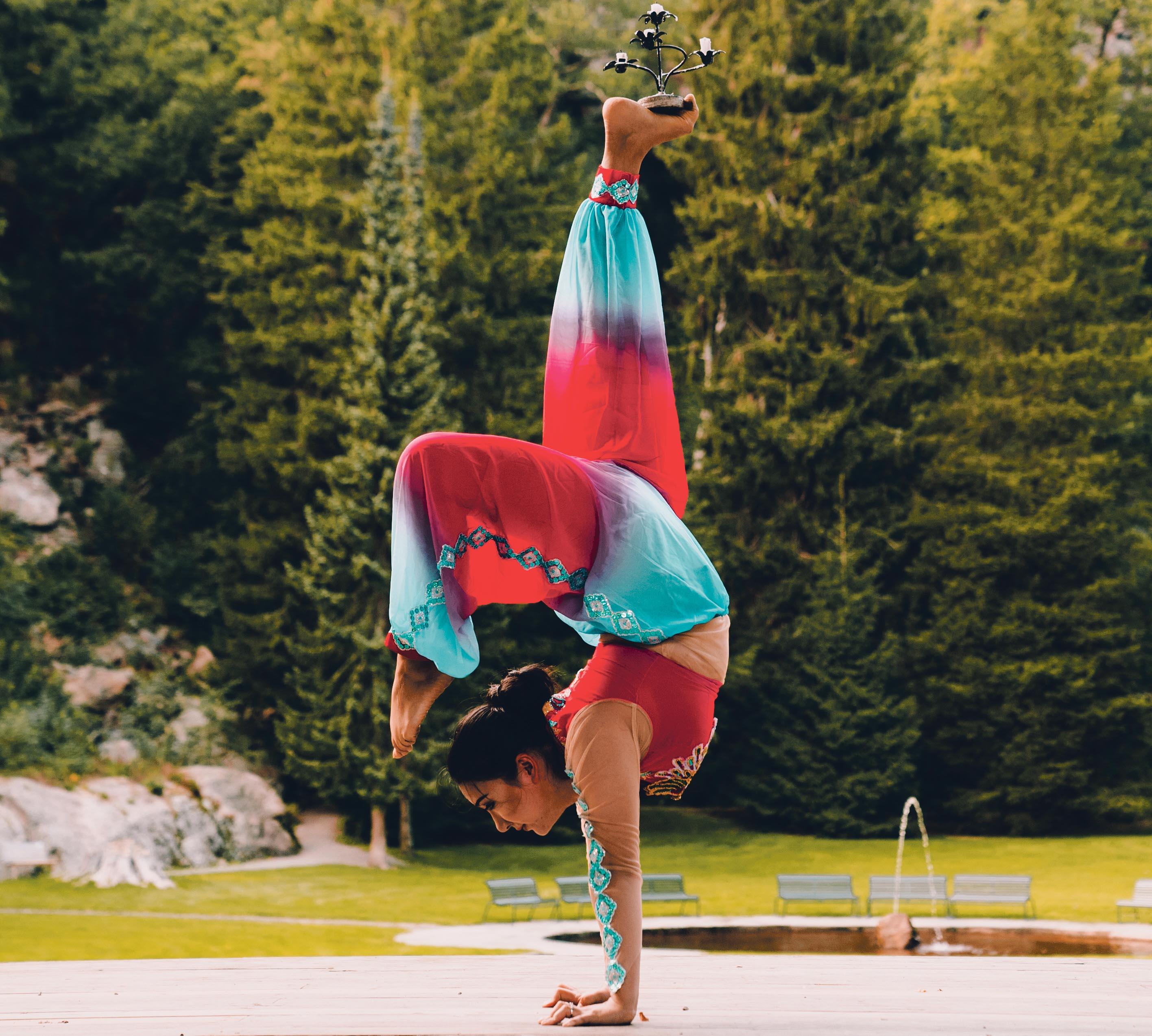 FLEKSIBEL: Gulli Byr På Akrobatikk Hvor Hun Gjør Det Ekstra Spennende Ved å Balansere Flere Lysekranser Samtidig. Foto: Tobias Hole Aasgaarden.
