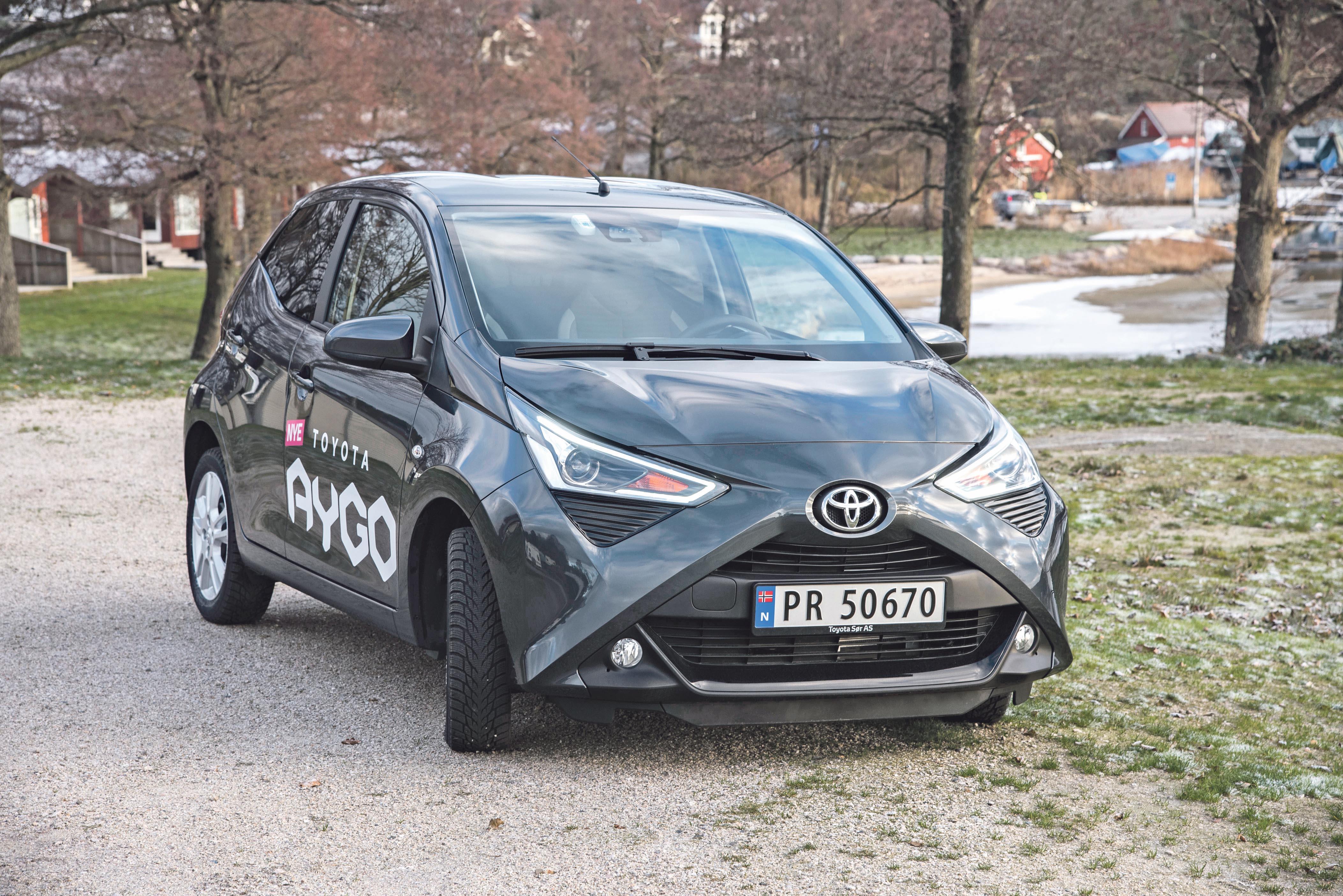 TØFF LITEN TASS: Toyota Aygo Er Ikke Stor, Men Tøff I Trynet. X-designen I Snuten Er Blitt Bilens Signatur. Med Et Friskere Fargevalg Blir Den En Riktig Humørspreder.