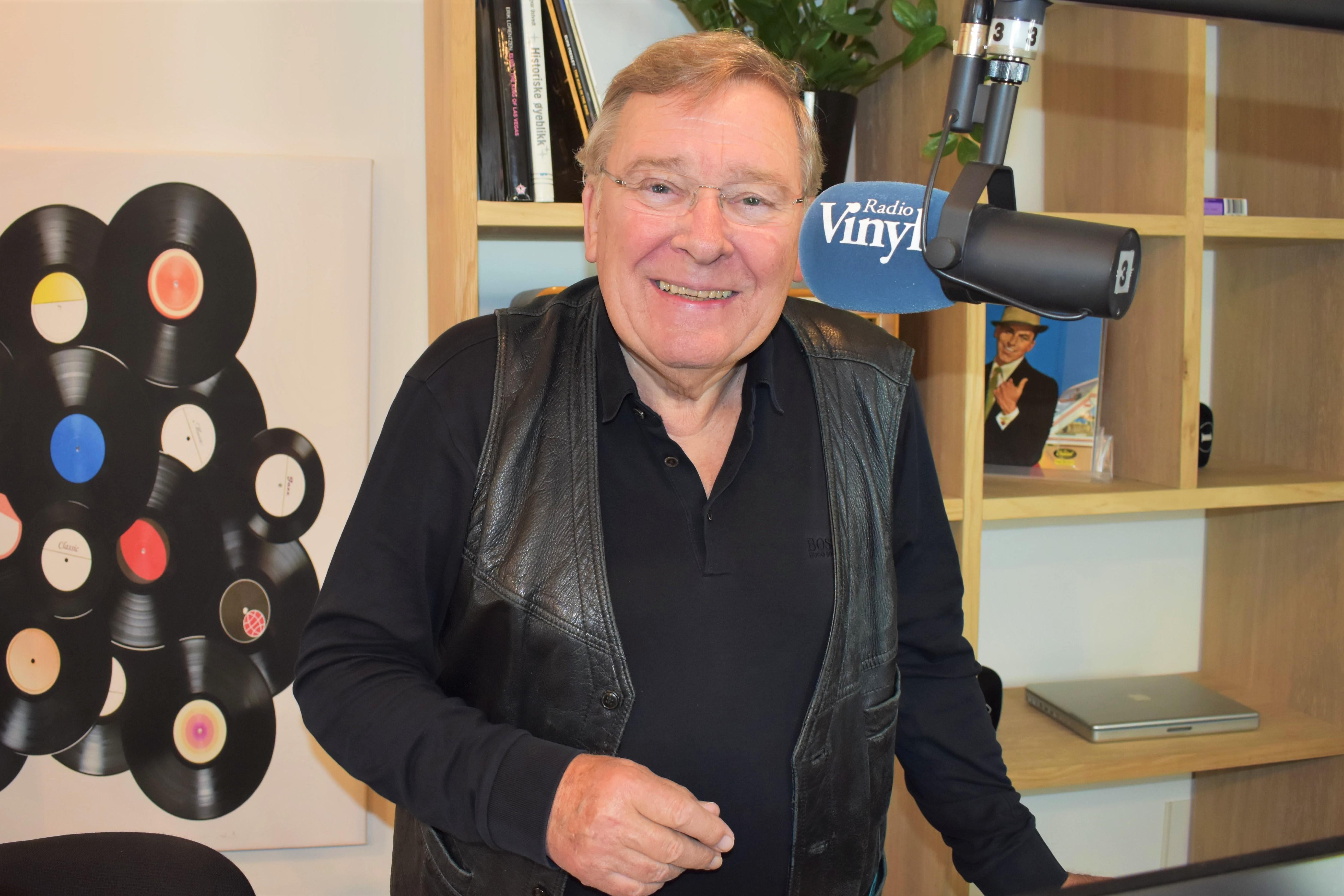 GJENHØR: Vidar Lønn Arnesen Var Kjent For Landets Mest Populære Radioprogram, «Ti I Skuddet» Gjennom 42 år. Programmet Har Nå Fått Sin Renessanse På Radio Vinyl. Foto: Radio Vinyl.