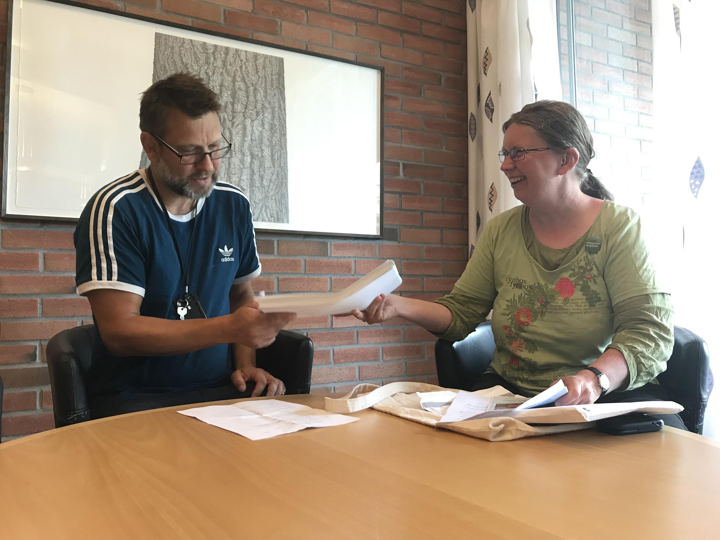 FRITT INNSYN: Marte Rostvåg Ulltveit-Moe Overrekker Sine Partipolitiske Papirer Til Statsarkivet I Kristiansand For Fritt Innsyn Fra Publikum.