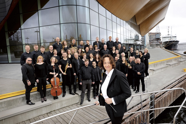 STADIG MED POPULÆR: Nathalie Stutzmann (i Forgrunnen) Er Sjefsdirigent I Kristiansand Symfoniorkester Som Fyller 100 år Og Som øker I Popularitet. Foto: Kjartan Bjelland.