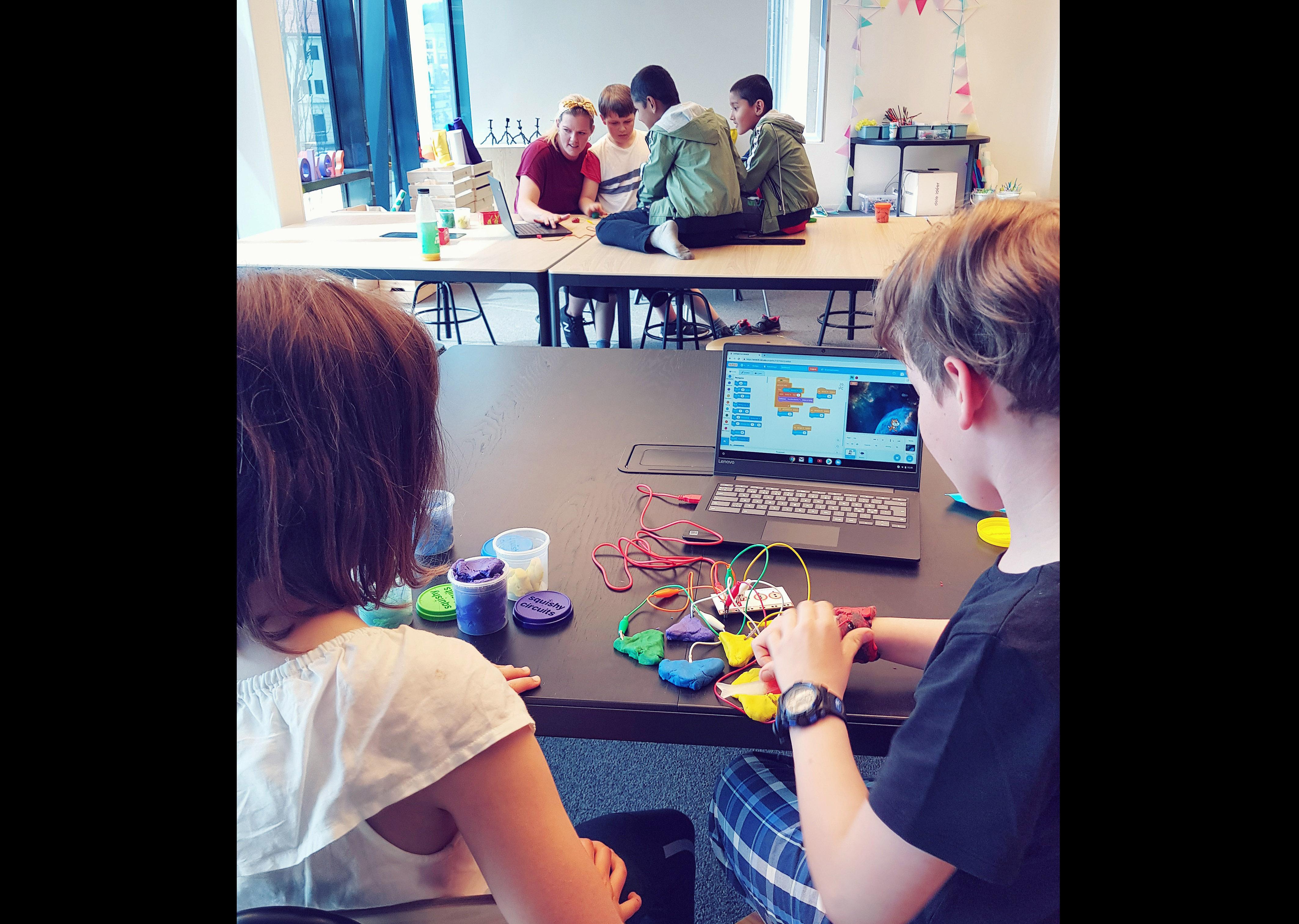 TEKNISK LEK:  En Gruppe Skolebarn Bruker Teknologi I Lek Med Modellerkitt. Foto: Presse.