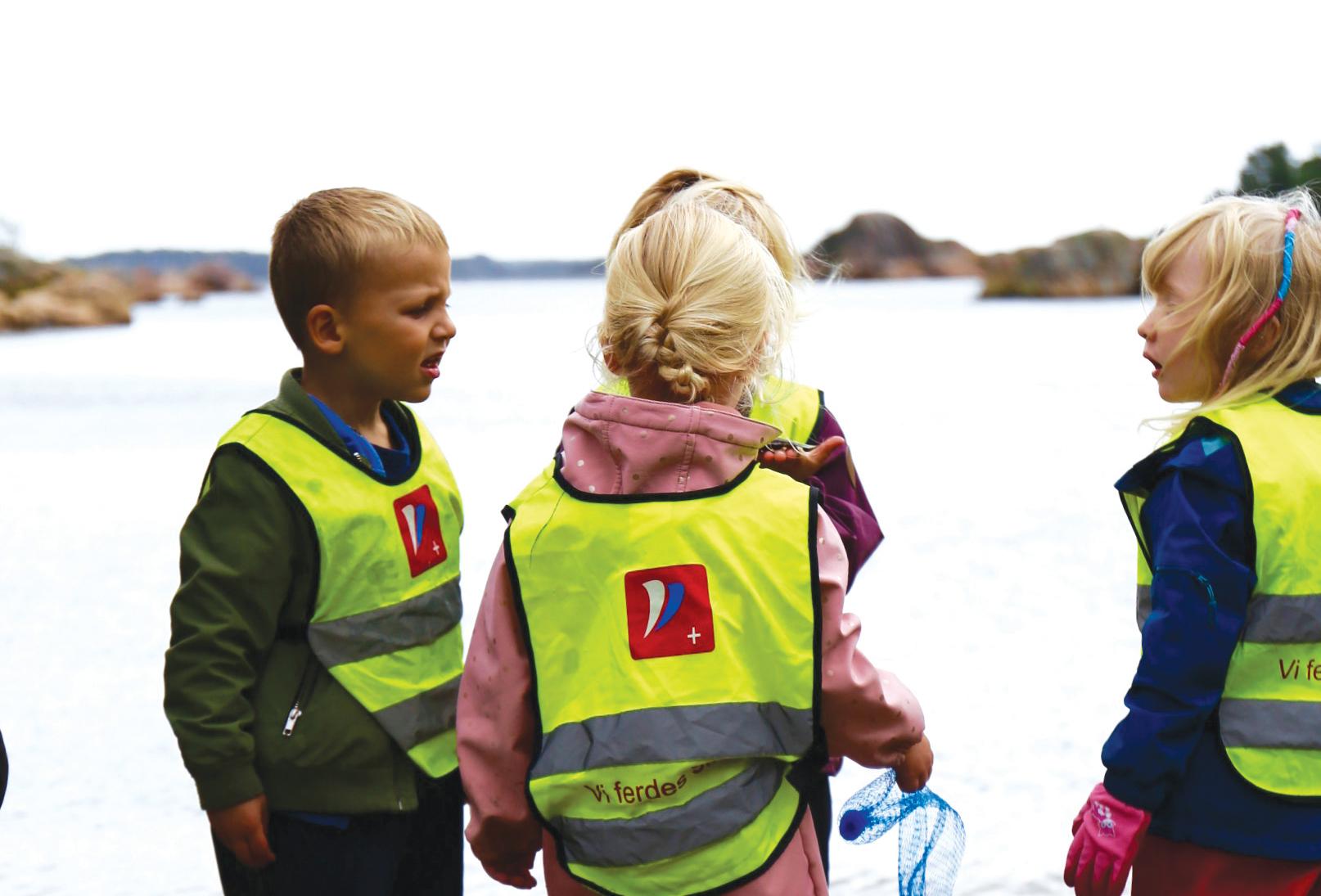 PLAST TIL BESVÆR: Barnehagebarna Plukket Søppel I Bendiksbukta. Deler Av Søppelet Blåste På Sjøen Etterpå.                    Foto: Charlotte Hidle.