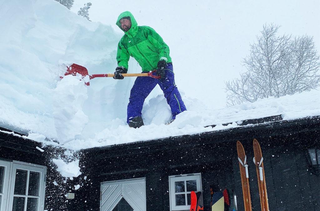 snøskuffing på tak