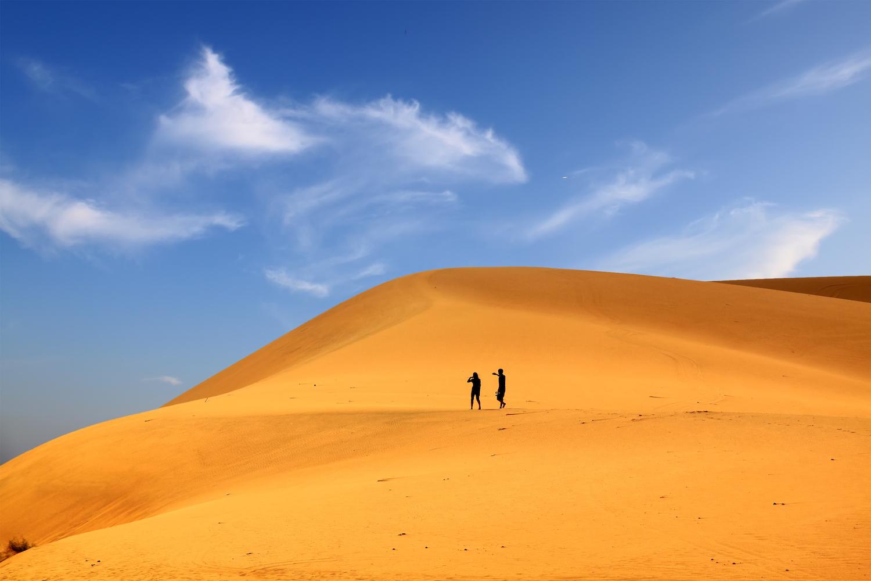 NÅDELØST: Ekteparet Som Utgjør Hovedpersonene I Boka, Vandrer Sammen Gjennom En Endeløs ørken, Som Denne. Foto: Colourbox