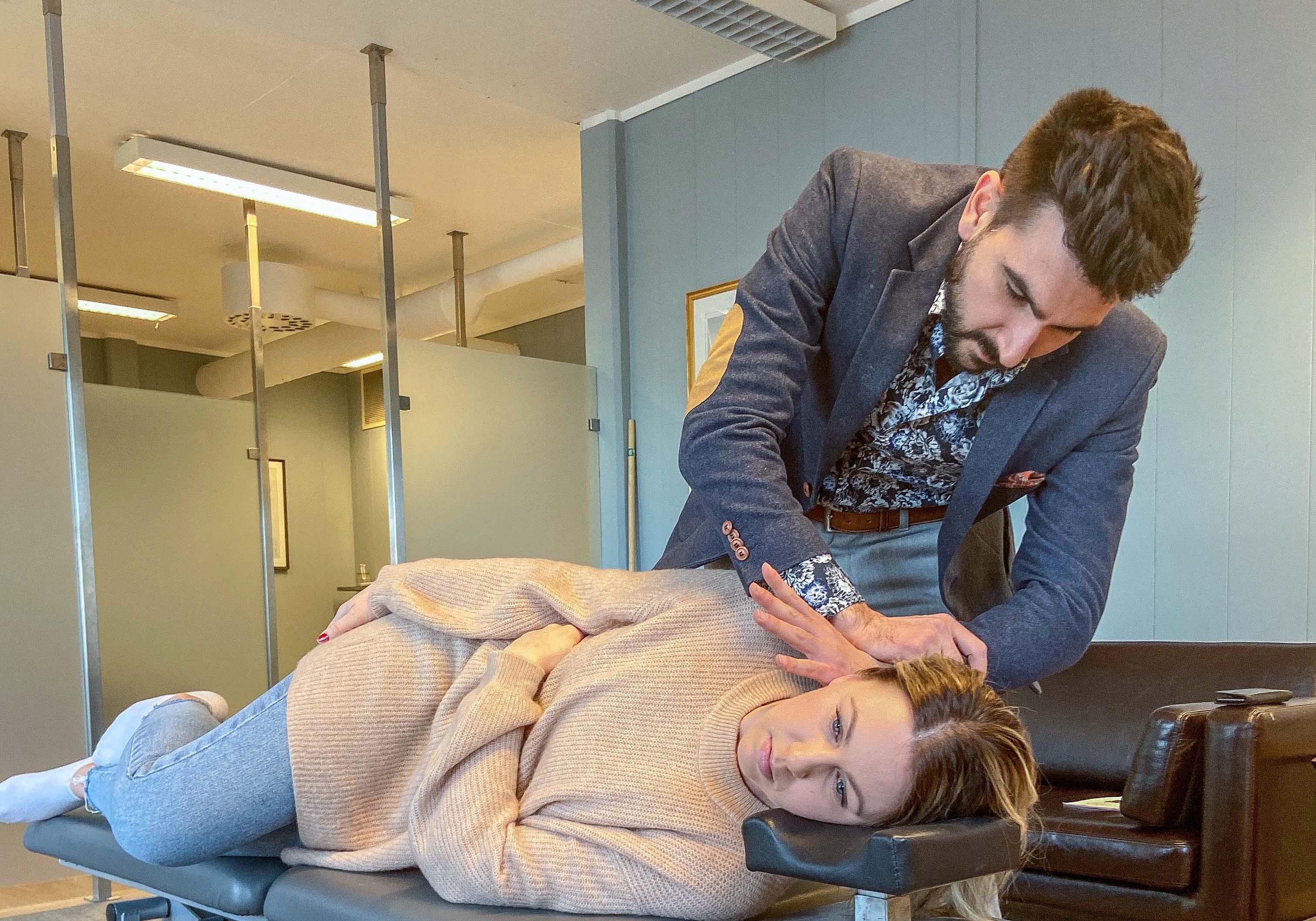 HISTORIE: F.v: Kiropraktor Jonathan Verderame Og Elisabeth Berg ønsker å Få Frem Elisabeths Historie For å Vise At Man Ikke Skal Gi Opp.