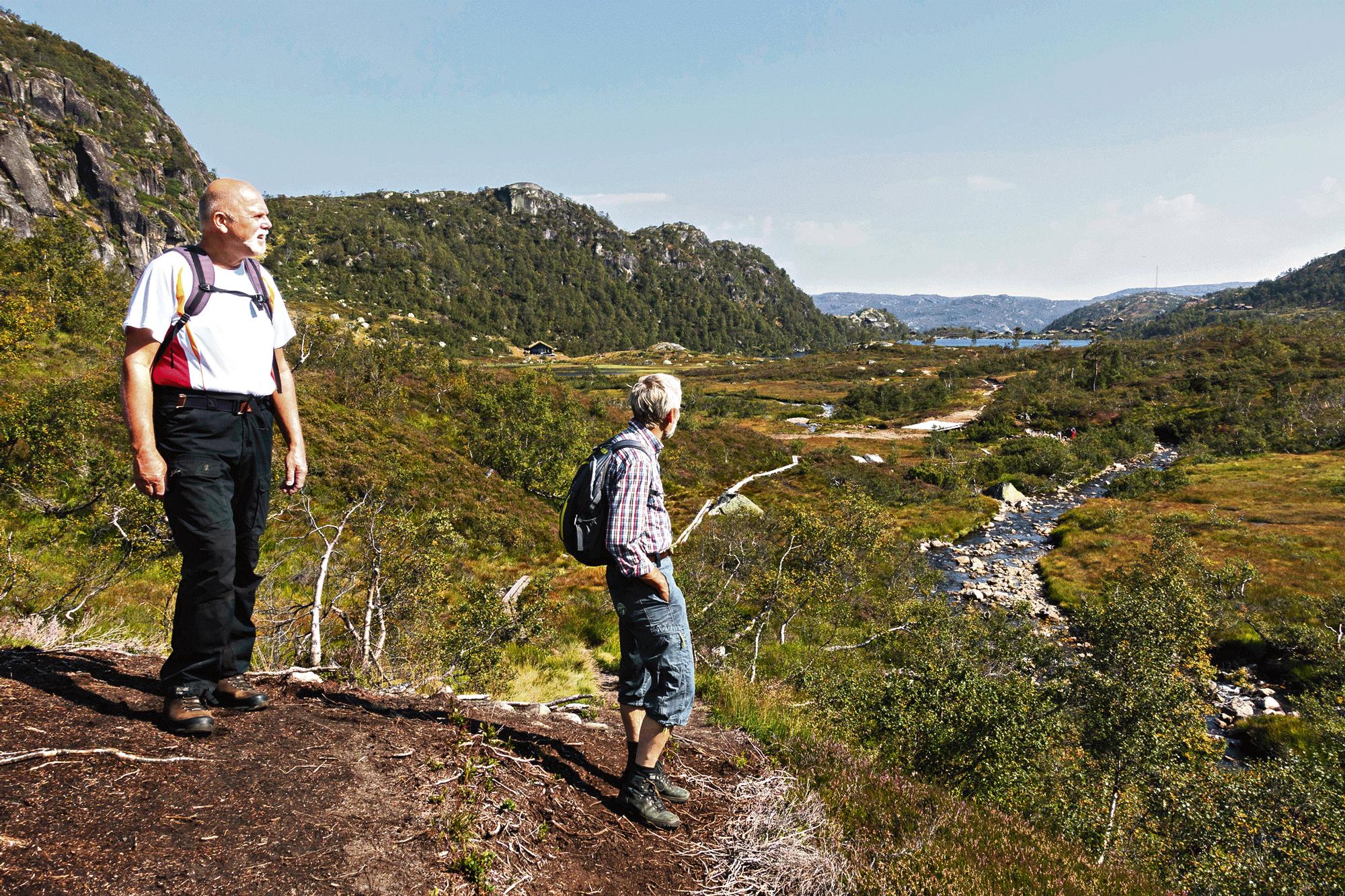 TILBAKEBLIKK: Ganske Snart Begynner Stigningen, Og Med Det Utsikten. Her Ser Vi Nedover Farstøldalen Med Farvannet Lengst Borte.