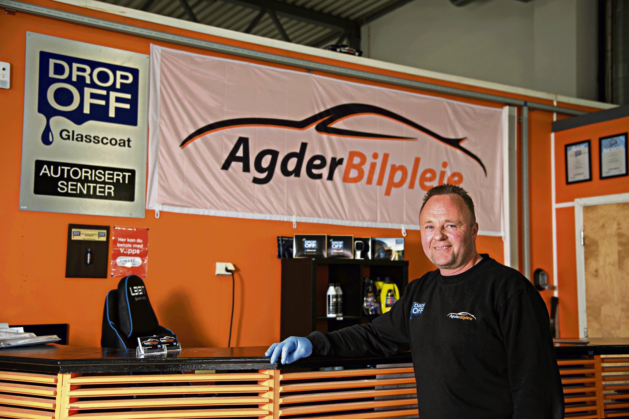 AUTORISERT: Agder Bilpleie Er En Av 60 Forhandlere I Norge Som Bruker DropOff Glasscoat For å Beskytte Lakken På Bilene.