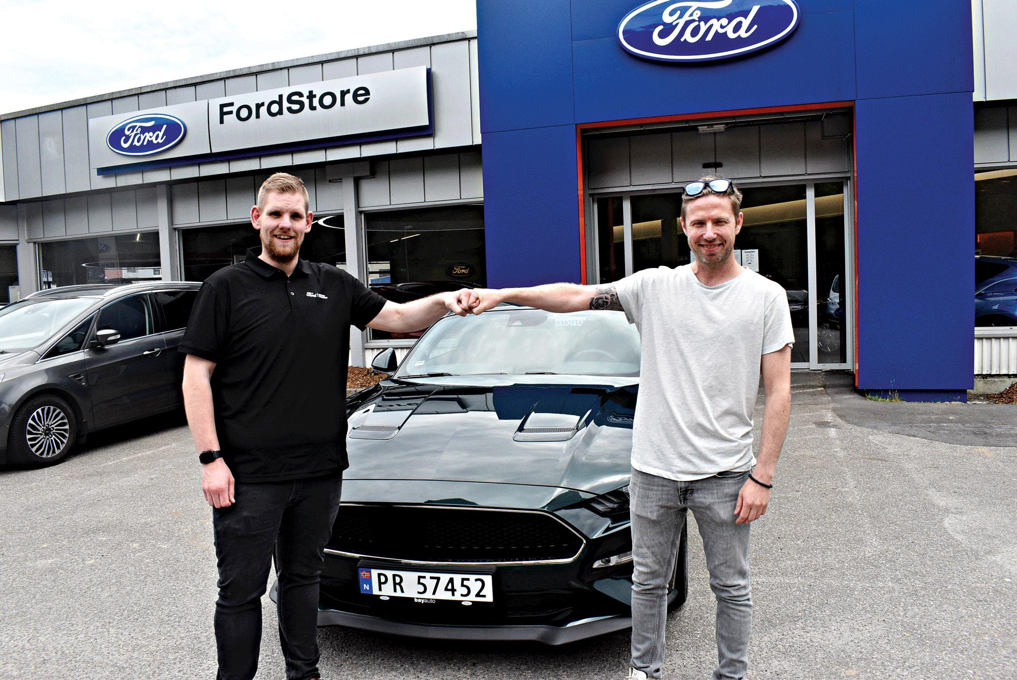 GRATULERER: Jon Halvard Grefstad Hos Bay Auto Gratulerer Andreas Tofte Med Hans Nye Ford Mustang Bullit.