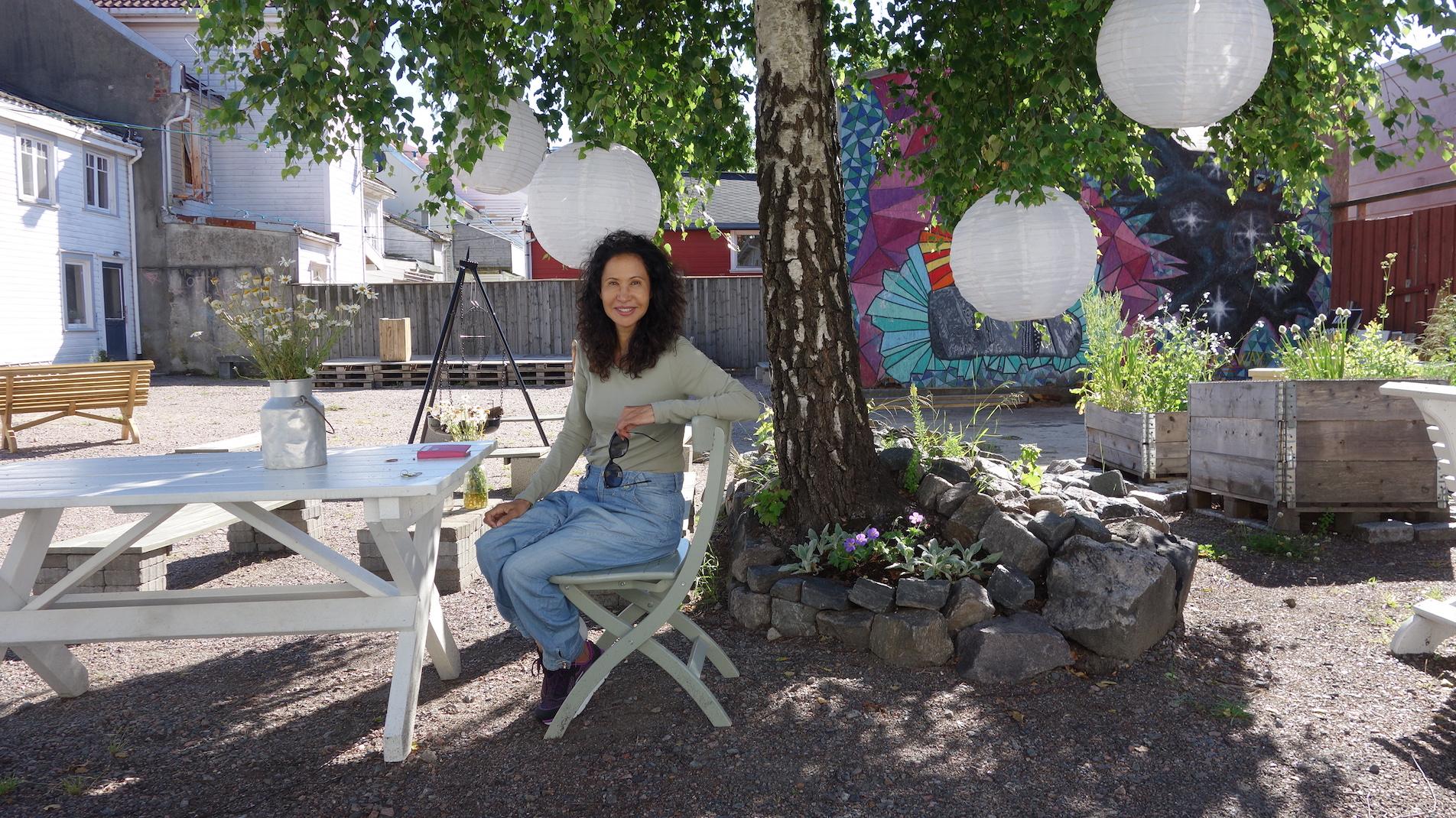 NYTT STED: Den Internasjonale Kulturfestivalen Avholdes For Anledningen Her I Posebyhaven, Lørdag 15. August. Festivalsjef Cynthia Trydal Sitter I Forgrunnen.