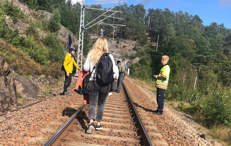 EVAKUERT: Togpassasjerene På Det Brennende Toget Måtte Gå Vel En Kilometer For å Finne En Sti Som Ledet Ut Av Skogen. Foto: Privat